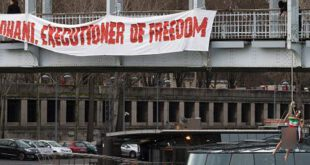 آویزان شدن یک زن فمنیست نیمهبرهنه از پلی در پاریس+ تصاویر