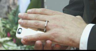 ازدواج مرد دیوانه با گوشی ایفون اش!