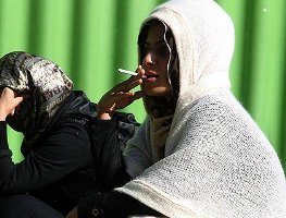 www.dustaan.com چرا زنان و دختران جوان گل می کشند؟