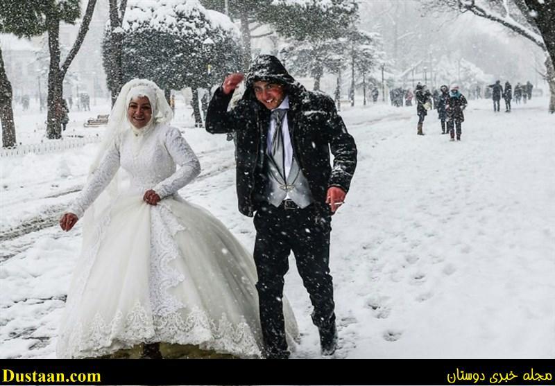 www.dustaan.com عکس: پیاده روی تازه عروس و داماد در خیابان پوشیده از برف!