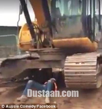 www.dustaan.com وزنه زدن مرد قوی هیکل با بیل مکانیکی! +تصاویر