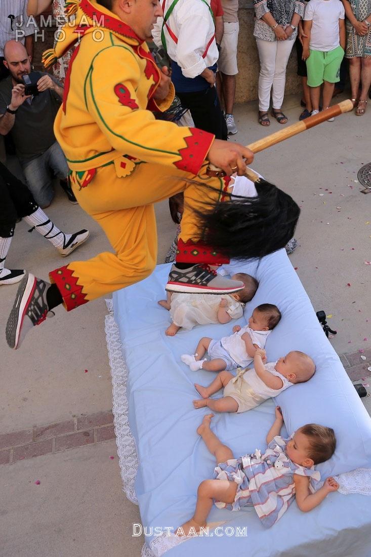 www.dustaan.com جشنواره ای عجیب در اسپانیا؛ پریدن از روی بچه ها! +تصاویر