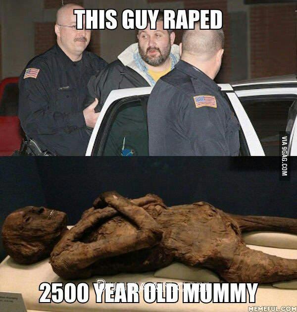 www.dustaan.com تجاوز نگهبان امریکایی به یک مومیایی 2500 ساله! +عکس