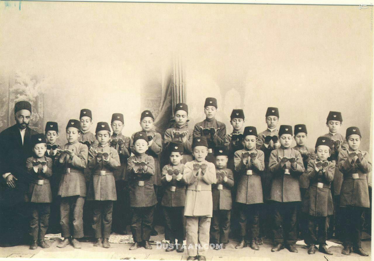 www.dustaan.com برگزاری نماز در مدارس دوره قاجار +عکس