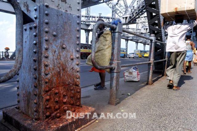 www.dustaan.com احتمال ریزش پل بخاطر پرتاب آب دهان! +عکس