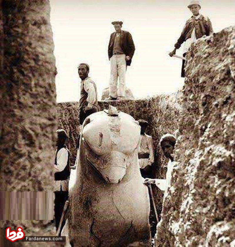 www.dustaan.com لحظه بیرون کشیدن شیر دال هخامنشی از زیر خاک +عکس