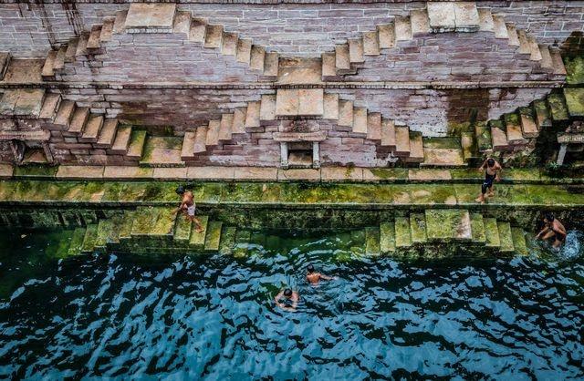 www.dustaan.com نمایی زیبا از شنای کودکان هندی در عکس روز نشنال جئوگرافیک +عکس