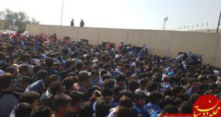 ازدحام هواداران پرسپولیس و استقلال پشت در استادیوم آزادی
