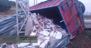 واژگونی کامیون حامل مواد خوراکی زلزله زدگان +عکس