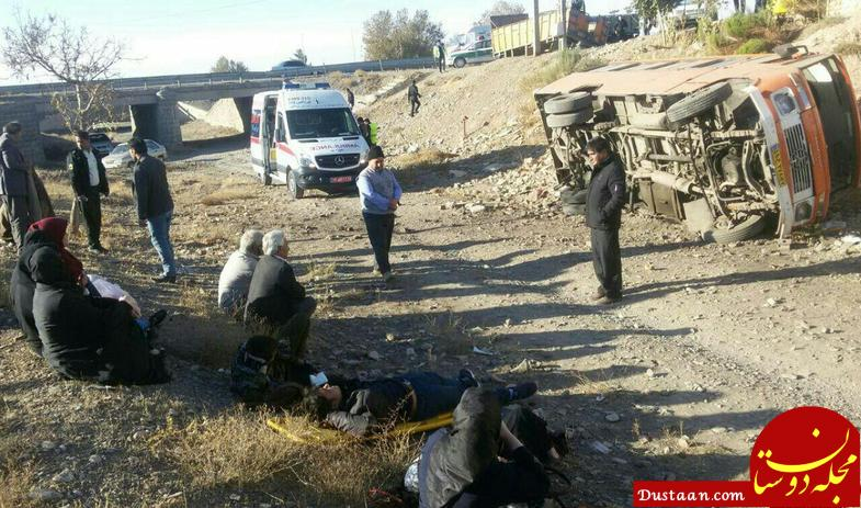 www.dustaan.com واژگونی مینی بوس در برخورد شدید با سواری پراید! +عکس