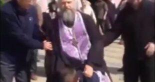 سواری گرفتن کشیش از انسان برای پاکسازی گناهان! +تصاویر