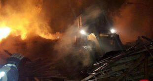 آتش سوزی شدید انبار چوب در حاشیه تهران +عکس