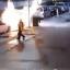 www.dustaan.com فداکاری مرد جوان برای نجات مادرش از خودروی در حال انفجار +فیلم