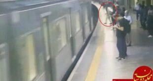 هل دادن عمدی زن جوان روی ریل قطار در ایستگاه مترو +فیلم