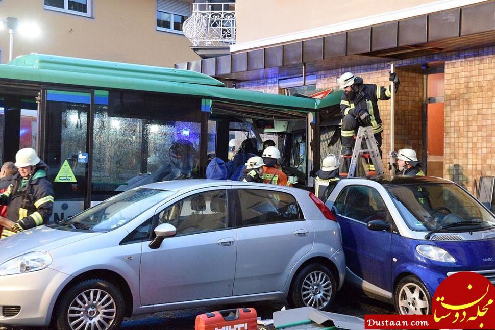 www.dustaan.com برخورد شدید اتوبوس مدرسه با ساختمانی در آلمان +تصاویر