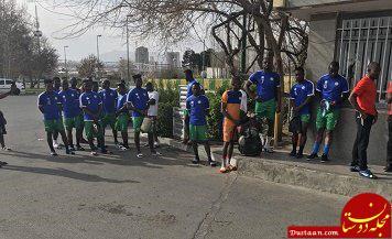 سرگردانی بازیکنان سیرالئون پشت در ورزشگاه آزادی! +عکس