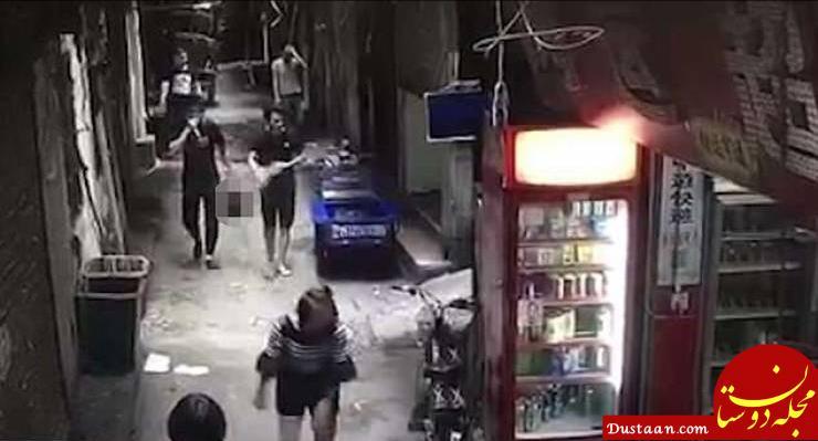www.dustaan.com مردی که با سر بریده شده همسرش در حال قدم زدن در خیابان است! +عکس