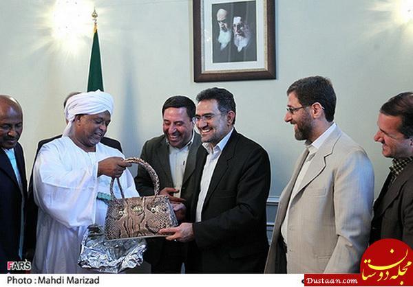 www.dustaan.com اهدای کیف زنانه به وزیر احمدی نژاد! +عکس