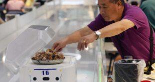 رباتها جایگزین گارسونها در چین میشوند / عکس