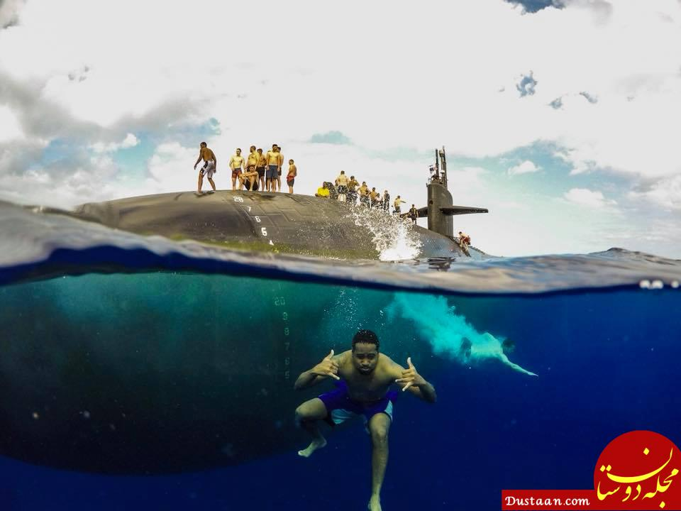 www.dustaan.com تصویری دیدنی از شنای ملوانان در کنار زیردریایی!