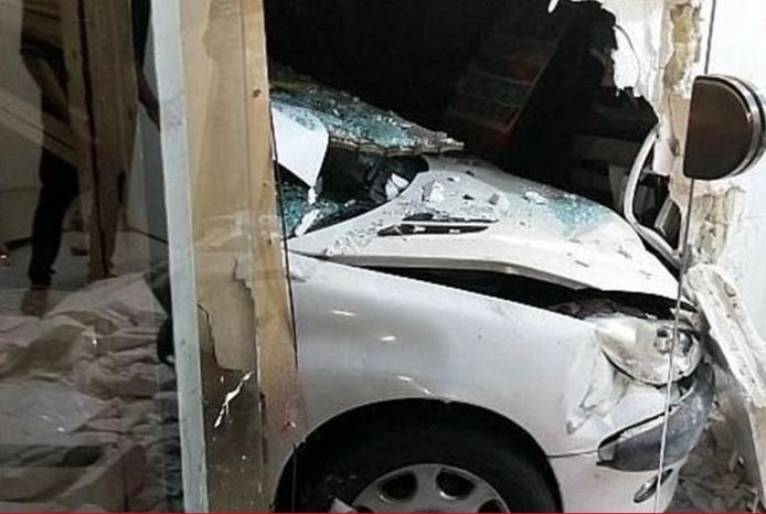 www.dustaan.com خودرو سواری پس از تصادف شدید وارد خانه مردم شد! +تصاویر