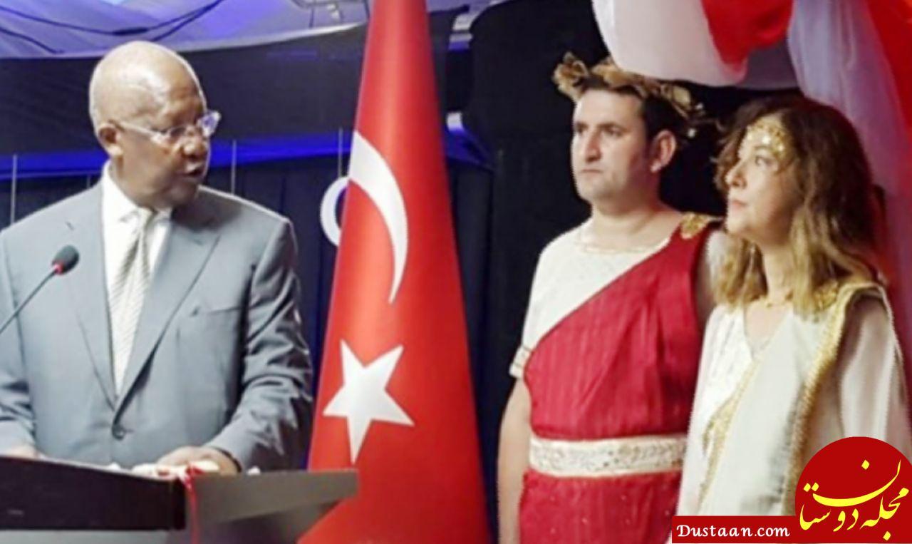 www.dustaan.com تنبیه سفیر ترکیه به دلیل پوشیدن لباس یونان باستان +عکس
