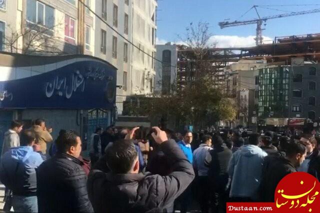 www.dustaan.com هجوم هواداران به باشگاه استقلال با شکستن درب های پارکینگ