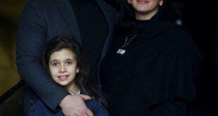 تصویری بسیار زیبا از پژمان بازغی و همسرش مستانه مهاجر و دخترش نفس در مراسم اکران مردمی فیلم خانه دیگری را مشاه...