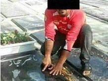 تصویری زشت و زننده از یک مرد جوان که با به تن کردن لباس پرسپولیس اقدام به نمایش عدد ۶ بر روی سنگ قبر ناصر حجا...